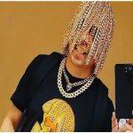 دن سور ، خواننده رپ مکزیکی ، موهای خود را گرم کرد و یک زنجیر طلا دریافت کرد که به گفته وی ، به کار او کمک می کند